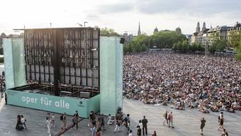"""Die Freiluftveranstaltung """"Oper für alle"""" lockte am Samstag über 14'000 Personen auf den Sechseläutenplatz in Zürich."""