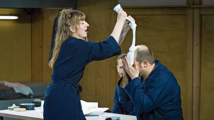 Zwischen Kathrin (Antonia Meier) und Konni (André Willmund) kochen die Emotionen hoch in Folge zwei in der Spielstätte Box des Luzerner Theaters.
