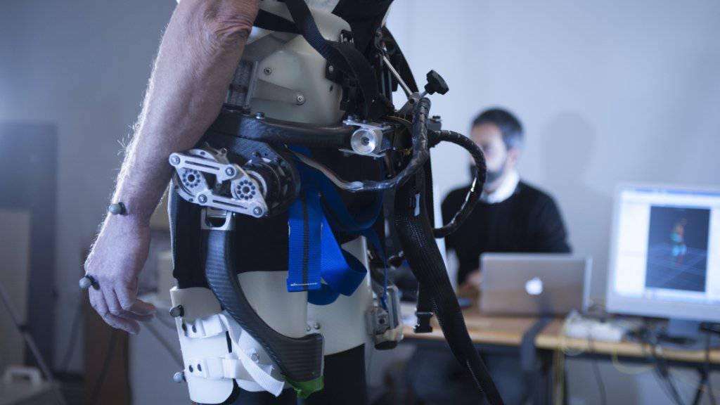 Der Prototyp ist noch recht auffällig: Langfristig soll der Stützroboter aber unsichtbar zu tragen sein und Senioren beim Gehen vor Stürzen bewahren.