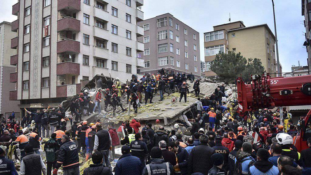 Beim Einsturz eines mehrstöckigen Wohnhauses in Istanbul sind am Mittwoch mehrere Menschen verletzt worden.