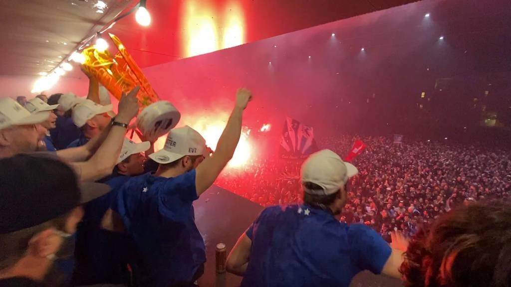 Tausende Fans feiern den Meistertitel des EVZ