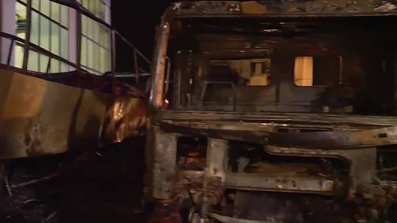 Car und Lastwagen komplett abgebrannt