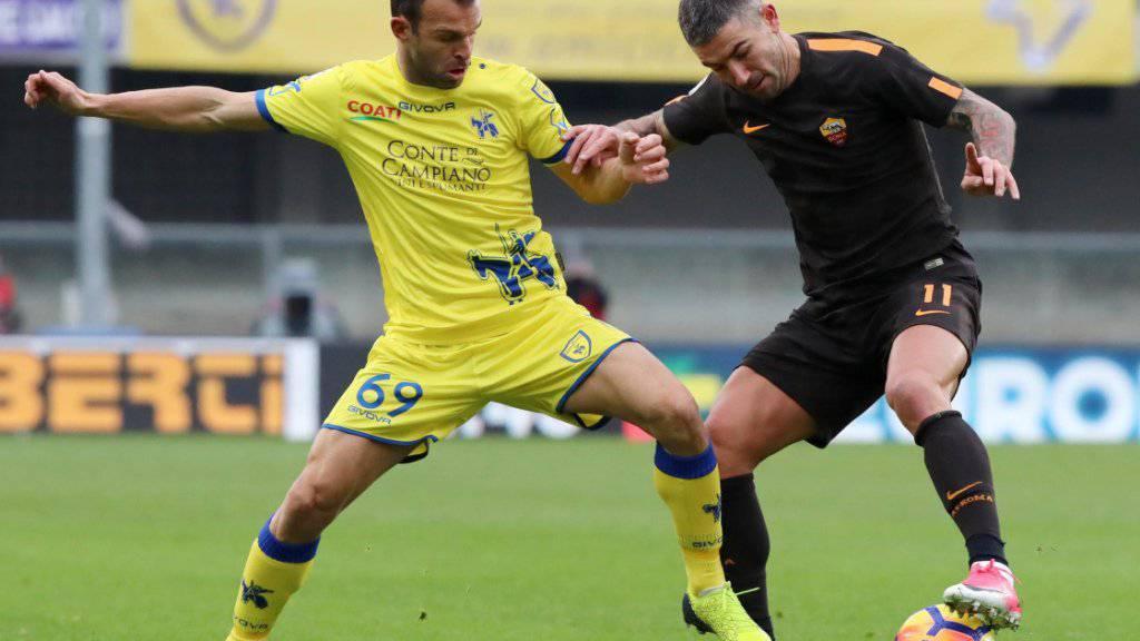 Chievos Riccardo Meggiorini (links) im Duell mit dem Serben Aleksandar Kolarov von Roma