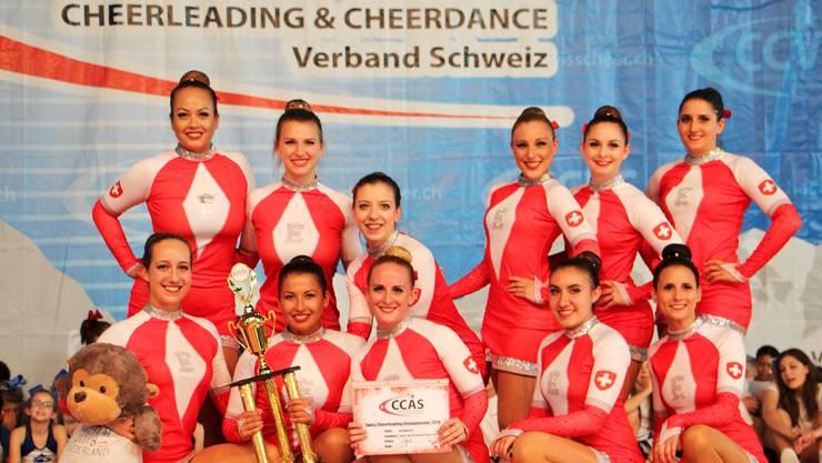 Die Cheerdance-Gruppe Eurodancers, angeführt von der Schlieremerin Flora Maurer (Mitte, mit Diplom), brillierten an den Schweizermeisterschaften. zvg