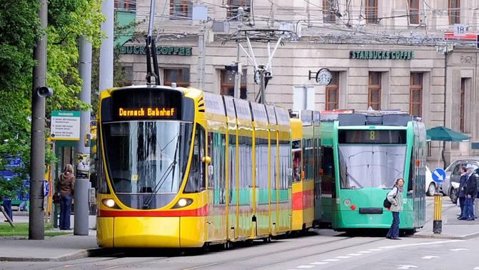 Sie kommen einander nah und halten doch immer Abstand: Ein gelbes BLT-Tram und ein grünes BVB-Tram kreuzen sich am Aeschenplatz.