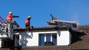 Feuerwehrübung mit allem Drum und Dran: Kleinflugzeug kracht in Gewerbe- und Wohnhaus – Bergung mit Kran und Helikopter.