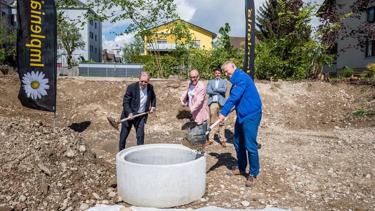 Gemeinsam ans Ziel: Gemeindepräsident Kuno Tschumi, Architekt Ivo Lenherr, Daniel Kusio (Impact Immobilen AG) und im Hintergrund Ingo Wagner (Implenia AG, Aarau)