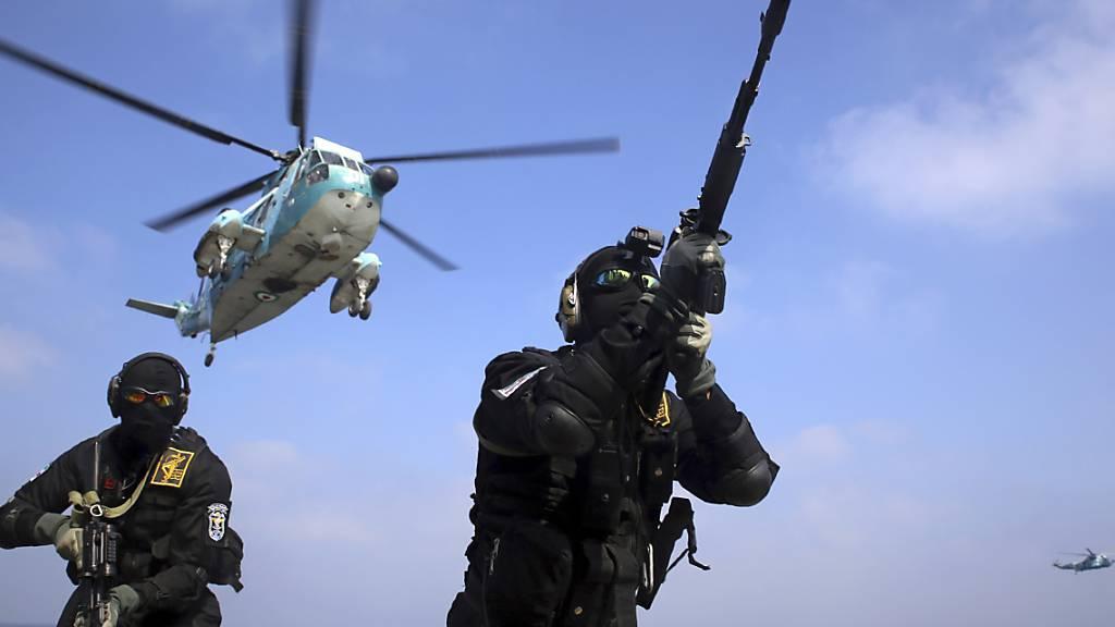 HANDOUT - Iranische Soldaten nehmen an einer gemeinsamen Marineübung der russischen Marine, der iranischen Marine und der Marine der iranischen Revolutionsgarden im Indischen Ozean teil. Foto: Uncredited/Iranian Army/AP/dpa - ACHTUNG: Nur zur redaktionellen Verwendung und nur mit vollständiger Nennung des vorstehenden Credits