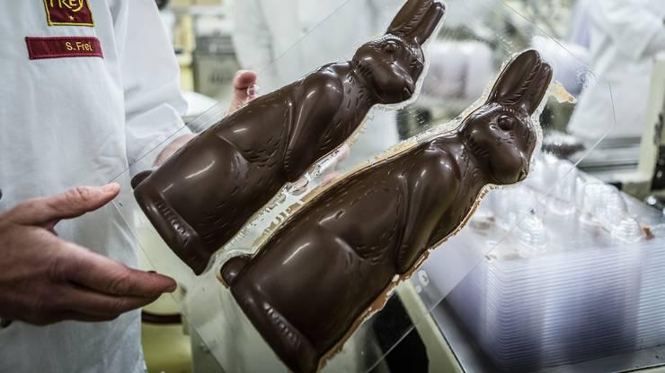 Die Osterhasenproduktion fuer Ostern 2015 wird ende der ersten Februarwoche abgeschlossen. Einen Einblick in die Produktion der Schokoladenhasen bei der Chocolat Frey in Buchs. ACHTUNG: Die Bilder duerfen AUSSCHLIESSLICH fuer den Artikel der Schokoladenproduktion 2015 verwendet werden. Weitere Publikationen beduerfen Abklaerung vie Pressestelle der Chocolat Frey. Kontakt: Pascale Buschacher (pascale.buschacher@chocolatfrey.ch).