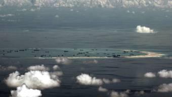 Das Mischief-Riff im umstrittenen südchinesischen Meer auf einer Luftnahme aus einem Militärflugzeug: China hat aus mehreren solchen Riffen künstliche Inseln gebaut und soll nach Ansicht von US-Geheimdiensten auch Gebäude aufgestellt haben, die Langstrecken-Raketen beherbergen könnten. (Archivbild)