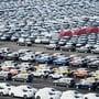 Der Volkswagenkonzern hat einen tieferen Betriebsgewinn verbucht: Autos warten auf den Export (Archivbild).