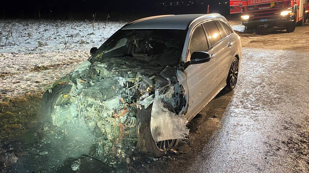Auto gerät während Fahrt in Brand – Lenker kann rechtzeitig anhalten