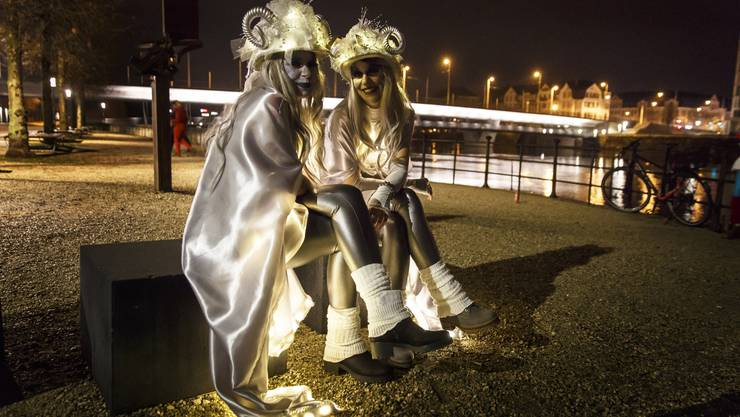 Zwei kostümierte Damen vor dem Solheure