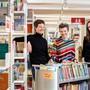 Franziska Baetcke, Direktorin Bibliomedia Schweiz (Mitte), zusammen mit den örtlichen Co-Leiterinnen Sabine Hofmann (l.) und Claudia Kovalik (r.) in der Solothurner Bibliothek