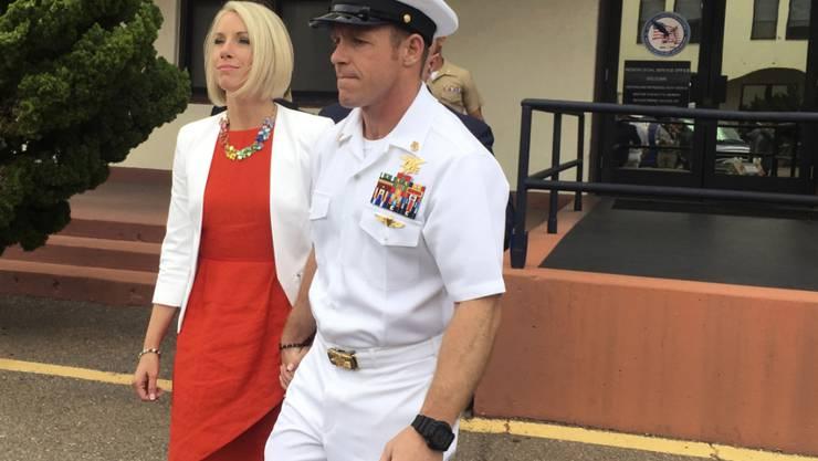 Soll einen verwundeten Taliban erstochen haben: Der US-Soldat Edward Gallagher mit seiner Frau beim Verlassen des Militärgerichts in San Diego.