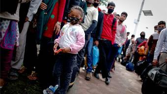 In Kathmandu warten die Menschen stundenlang – sei es auf Wasser, Essen oder auf Busse.DIEGO AZUBEL/EPA/KEY