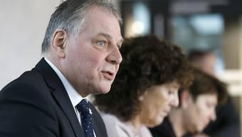 Der Walliser Staatsratspräsident Jacques Melly und die Berner Regierungsrätin Barbara Egger-Jenzer fordern im Namen des Lötschberg-Komitees den Ausbau des Lötschberg-Basistunnels.
