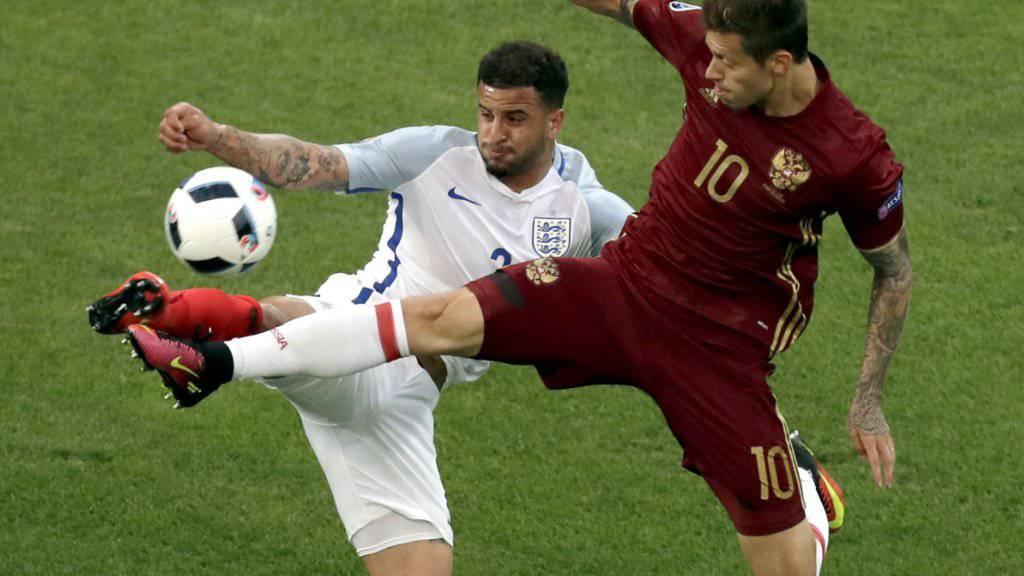 Englands Kyle Walker (links) im Fight mit dem Russen Fjodor Smolow