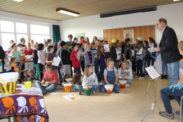 Die Kinder sangen ihren Eltern und dem Pfarrer einige Lieder vor und erzählten, was sie im Lager alles gemacht haben.