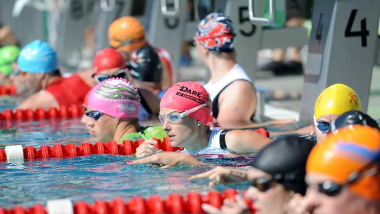 Viele farbige Schwimmkappen am Basler Aquathlon.