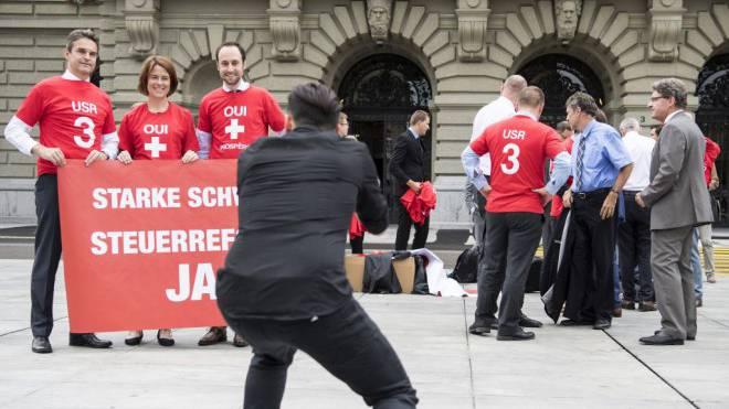 Die Bürgerlichen – hier FDP-Vertreter auf dem Bundesplatz – streiten um die richtige Kampagnen-Strategie. Foto: Keystone/Peter Schneider