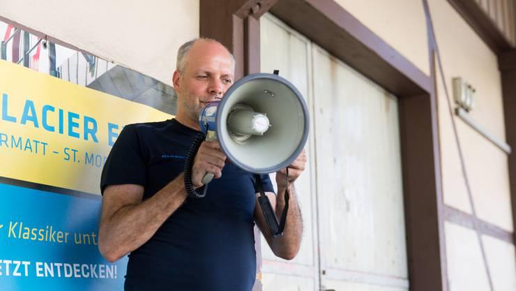 Rolf Cavalli, Stv. Chefredaktor AZ Nordwestschweiz, begrüsst die Wanderschar.