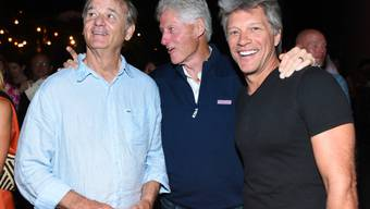 "V.l.: Bill Murray, Bill Clinton und Jon Bon Jovi auf der ""Rock the Kasbah""-After-Show-Party."