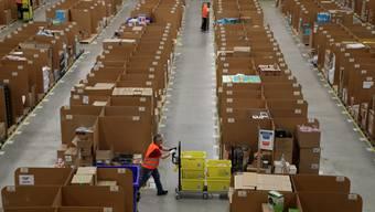 Amazon-Logistikzentrum Deutsche Angestellte verdienen teils gerade einmal 10 Euro die Stunde.