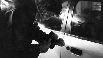 Der mutmassliche Autodieb führte ein grössere Menge Bargeld, eine Taschenlampe und div. Ausweispapiere mit sich, als ihn die Polizei anhielt. (Symbolbild)