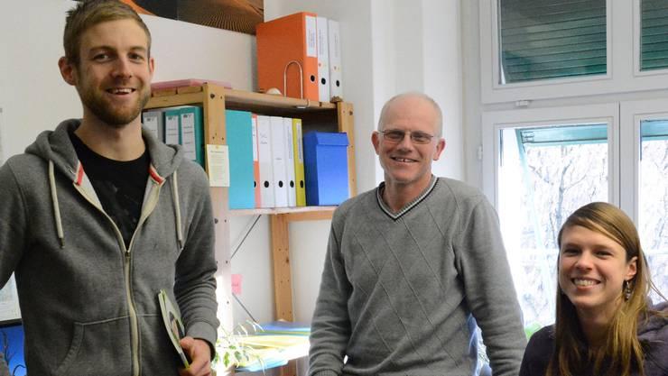 Die Sozialarbeitenden der Caritas, Christian Eckerlein (li.), Marcel Vogel und Angela Eberle, beraten im Pfarrhaus Aarau Menschen in Not.ksc
