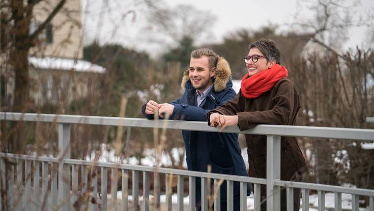 Martha Brem und Ivo Graf stehen auf der Brücke über den Stadtbach, gleich neben dem Brügglifeld. Hier liegt die Grenze zwischen Suhr und Aarau. Mario Heller