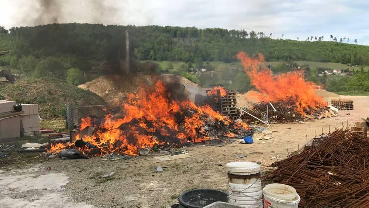 In Zwingen brannte am Sonntagnachmittag ein Haufen Bauabfall. Die Polizei geht von Brandstiftung aus.