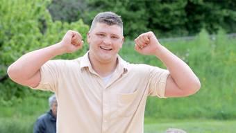 Ein gewohntes Bild: Nick Alpiger (oben) lässt sich nach seinem Sieg beim Zurzibiet-Schwinget feiern.