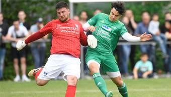 Gianluca Sforza (rechts) bedrängt im Aargauer Cupfinal Othmarsingens Goalie Leandro Russo.
