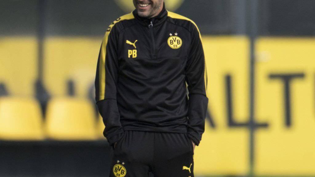 Dortmunds Trainer Peter Bosz verfolgt das Training seines derzeit treffsicheren Teams mit viel Freude