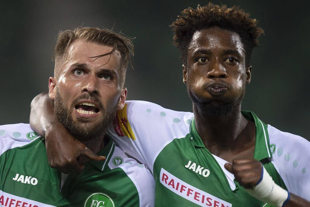 Der Ghanaer – hier mit Roman Buess (links) – geht zurück zu seinem Stammverein RB Salzburg. (© Keystone)