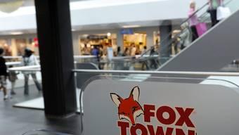 Das Shopping Center Foxtown in Mendrisio kommt aus der Grauzone: Jahrelang wurde dort ohne rechtliche Grundlage auch sonntags gearbeitet. Ein neues Arbeitsgesetz auf Bundesebene legalisiert dieses Vorgehen per 1. August.