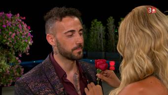 Eine Runde weiter: Fabio Ambrosio wird für seine Ehrlichkeit von Chanelle Wyrsch mit einer Rose belohnt.