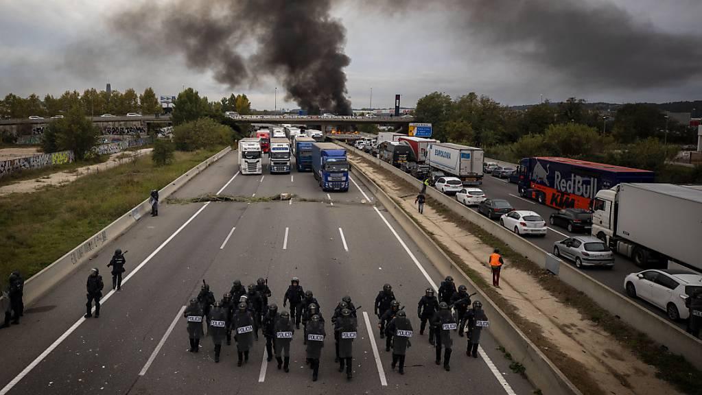 Spanische Sicherheitskräfte haben eine neue Blockade Hunderter katalanischer Unabhängigkeitsbefürworter auf einer wichtigen Autobahn der Region aufgelöst. Etwa 500 Auto- und Lastwagen-Fahrer hatten zuvor die Nacht in ihren Fahrzeugen verbringen müssen.