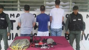 SNTP veröffentlichte auf Twitter ein Foto, das die Festgenommenen - und später Freigelassenen - eingerahmt von Soldaten von hinten zeigen soll. Auf der Aufnahme sind zudem konfiszierte Smartphones, Aufnahmegeräte, ein Schweizer Pass und weitere Ausweise zu sehen.