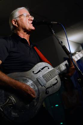 Toni Vescoli spielt eine von sieben Gitarren