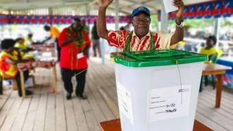Ein Mann bei der Stimmabgabe im November in Buka auf der zur Papua-Neuguinea gehörenden Pazifikinsel Bougainville. (Archivbild)