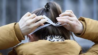 Basel-Stadt gibt Hygienenmasken an Betroffene in Quarantäne ab. Doch: Die Masken haben bereits das Ablaufdatum überschritten.