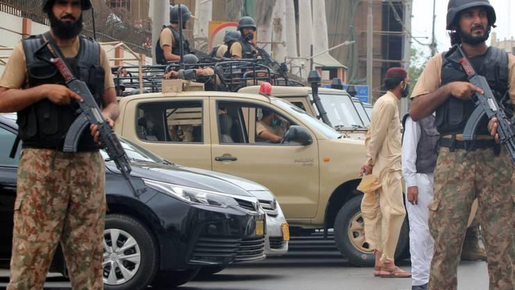 Sicherheitskräfte sperren das Gebiet um das Börsengebäude nach einen bewaffneten Angriff auf die Börse ab, bei dem mindestens sechs Menschen getötet wurden. Foto: Stringer/XinHua/dpa