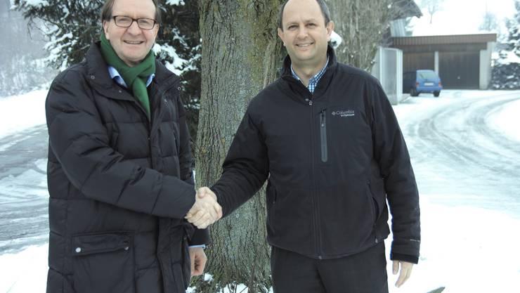 Gestern auf der Gemeindegrenze Zofingen-Uerkheim: Stadtammann Hans-Ruedi Hottiger (links) undGemeindeammann Markus Gabriel versicherten sich mit Handschlag, dass die Türen offen bleiben.KBZ