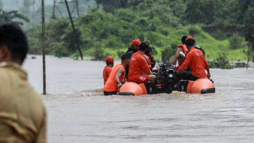 Die Bahnreisenden wurden in Rettungswesten mit Schlauchbooten durch das trübe braune Wasser abtransportiert.