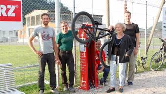 Vertreter des Vereins «BikeAttrAktiv» und von Pro Velo bei der neuen Bikestation.