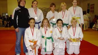 Die stolzen Gewinnerinnen der Basler Mannschaftsmeisterschaft 2015 Schüler Mädchen mit Coach Fränzi Brand.