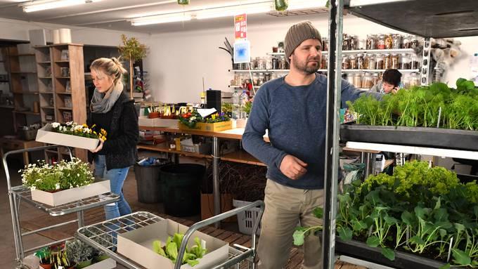 Geschäftsführer Pascal Erne und Mitarbeiterin Stefanie Kohler machen bestellte Lieferungen für Kunden zur Abholung bereit.