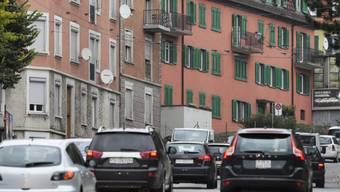 Der Verkehr schlängelt sich durch die Rosengartenstrasse. Sie zählt zu den am meisten befahrenen Durchgangsstrassen Zürichs. (Archivbild)